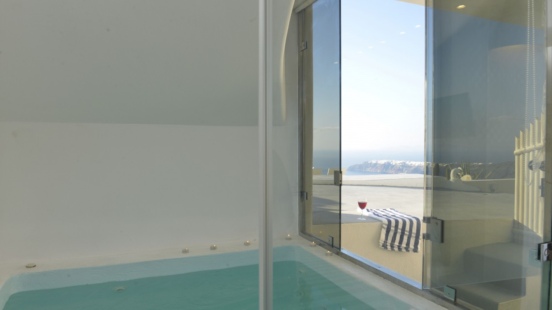 Premier suite with heated indoor jacuzzi | Dreaming View Suites